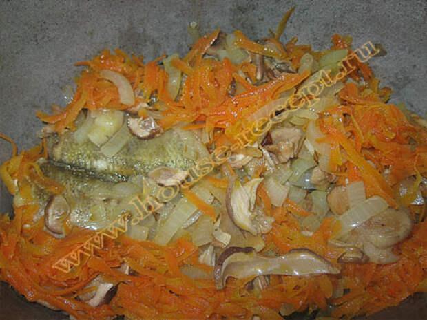 Рыбу с овощами слаживаем в кастрюлю
