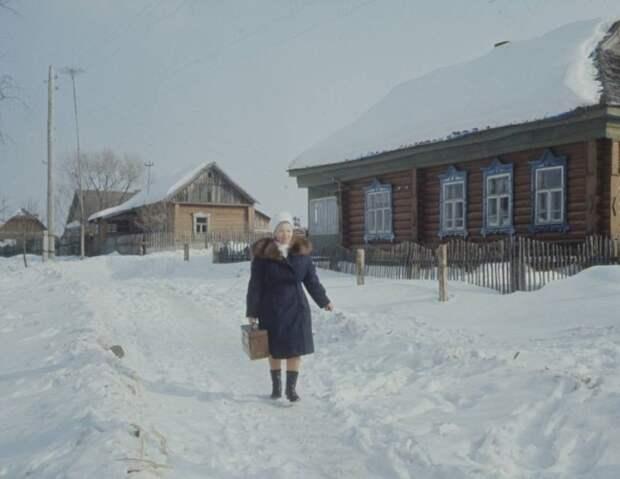 Сельский врач торопится зимой к больному. 1970-е годы.