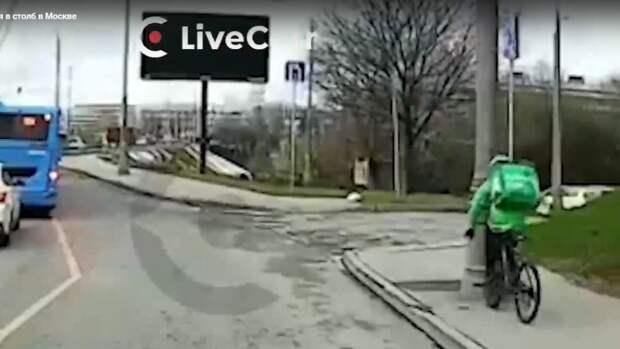 Курьер «забодал» столб на Волоколамском шоссе