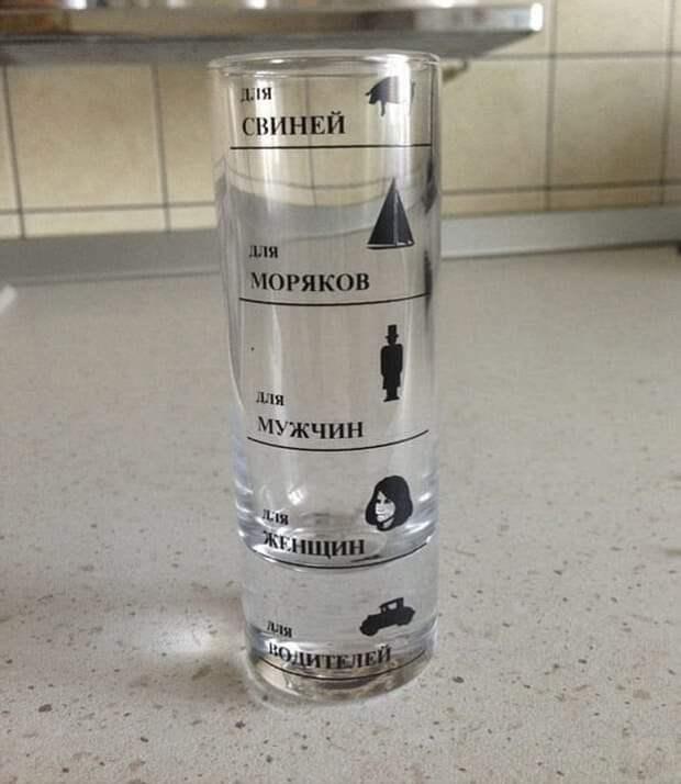 Возможно, это изображение (напиток, в помещении и текст «ля свиней для моряков для мужчин женщин TUля колител»)