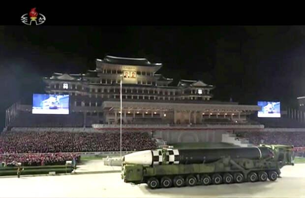 Северная Корея удивила обилием показанных на параде новейших видов оружия