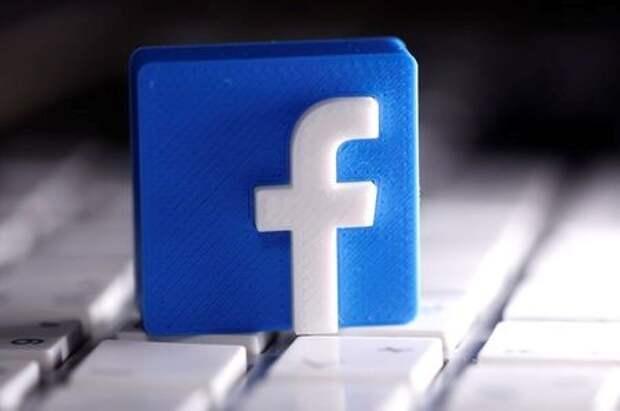 Логотип Facebook, напечатанный на 3D-принтере, стоит на клавиатуре, 25 марта 2020 года. REUTERS/Dado Ruvic
