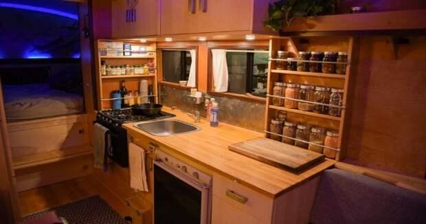 Кухня также оборудована мини-холодильником, работающем на пропане, и удобным разделочным столом. авто, автобус, биодизель, дом, дом на колесах, кемпер, самоделка, своими руками