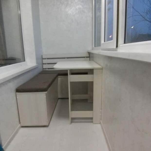 Хранение и посиделки на балконе: самодельная мебель