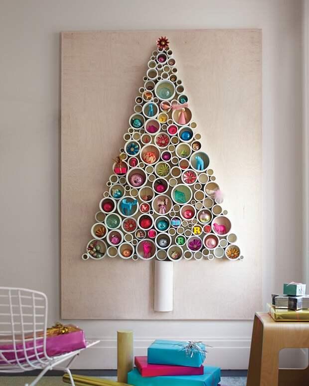 Возможно украсить стену в новогоднем оформлении с помощью ПВХ труб.