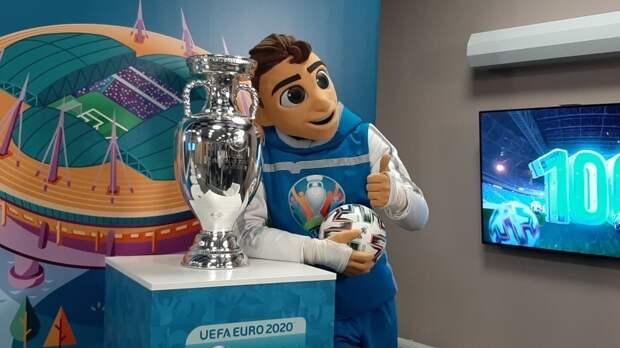 Талисман Евро-2020 показал главному тренеру сборной России, как нужно открывать бутылки