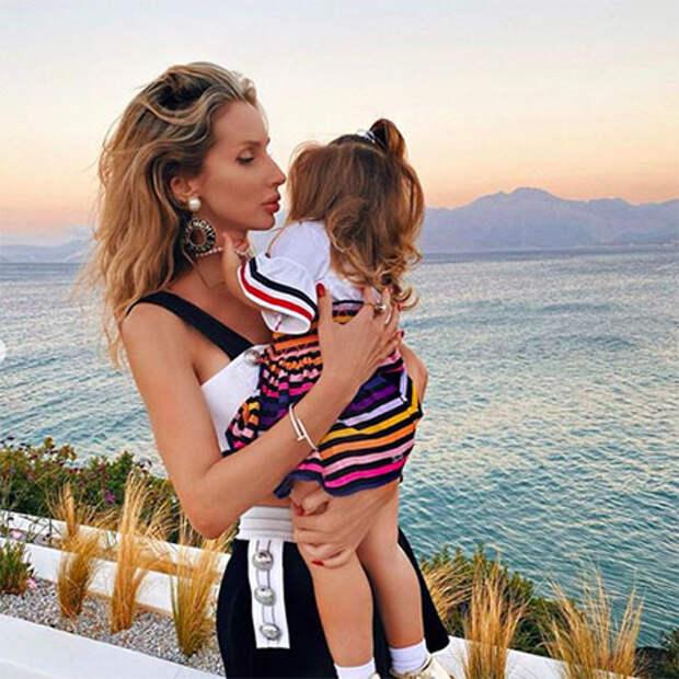 Светлана Лобода поделилась редкими фото с дочками во время отдыха в Турции