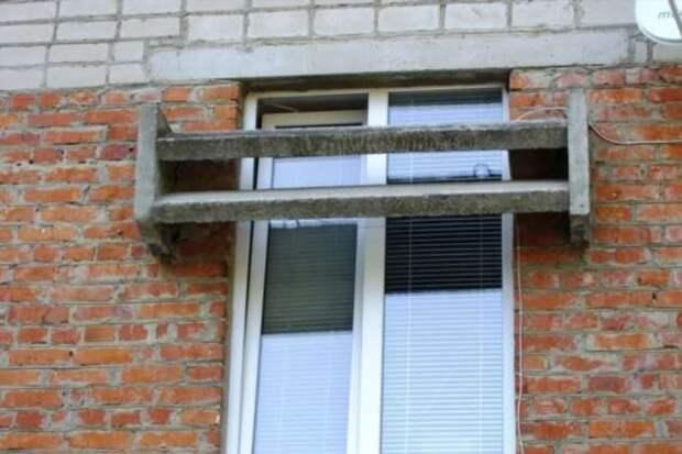 Зачем в некоторых советских многоэтажках над окнами устанавливались бетонные «козырьки»