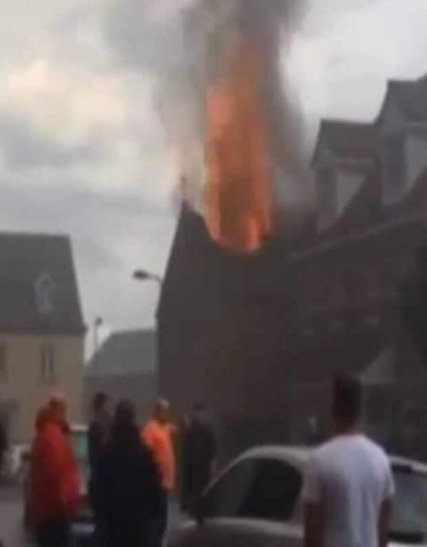 Молнии раз за разом били в один дом и в конце подожгли его