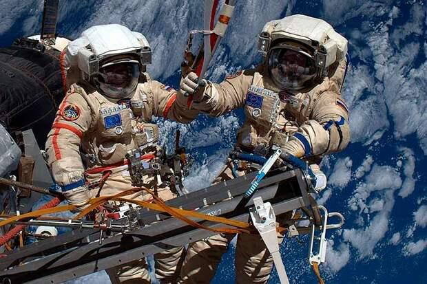 Космонавты Олег Кононенко и Сергей Прокопьев вышли в открытый космос и взглянули на дырку снаружи