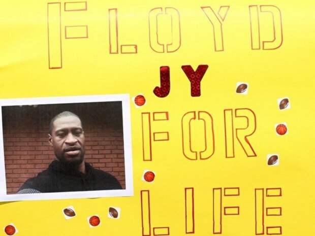 В США поставили памятник убитому полицейскими Флойду