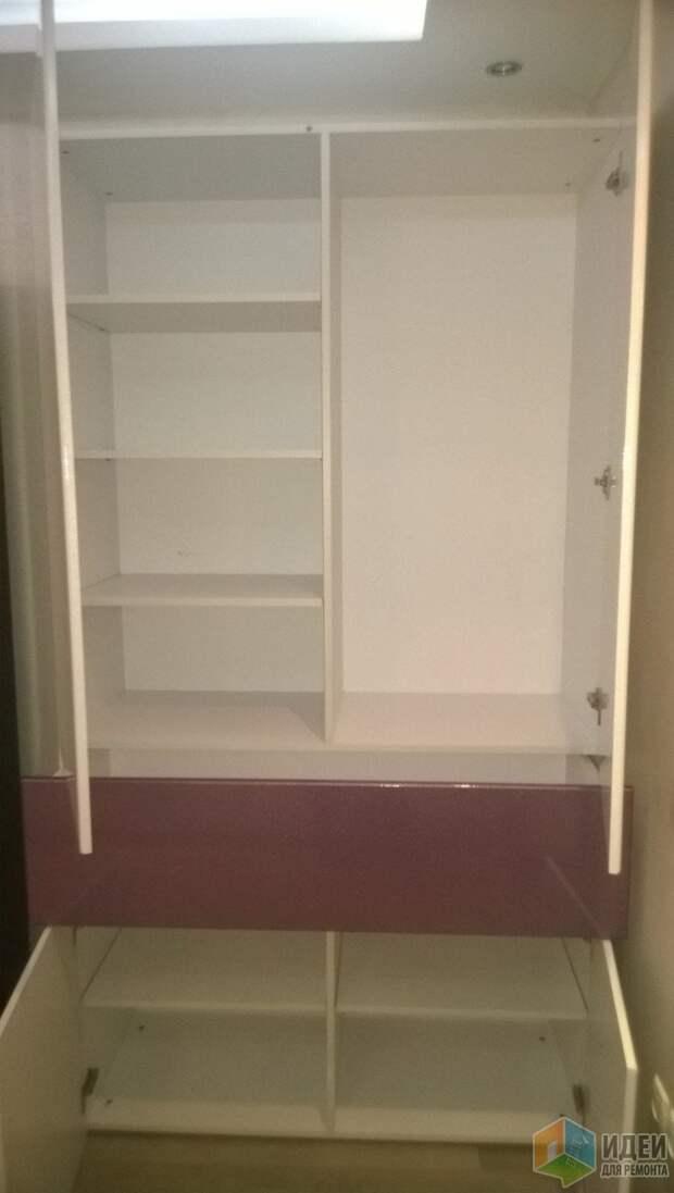 Мебель делали на заказ. Здесь хранится часть зимней одежды, мелочи, внизу пароочиститель, утюг...