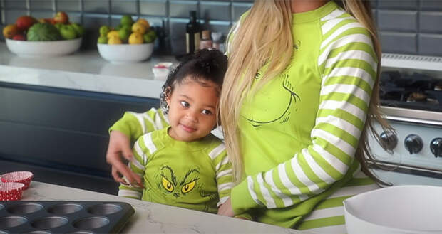 В честь новой бьюти-линейки: Кайли Дженнер и ее дочь Сторми учат готовить новогодние капкейки