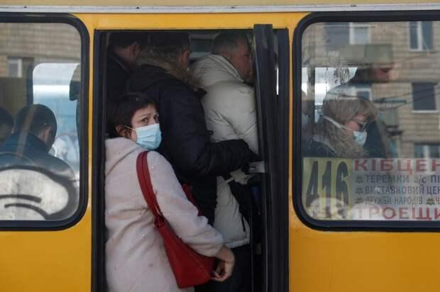 Пассажиры в Хмельницкой области забросали камнями автобус за отказ везти больше 10 человек