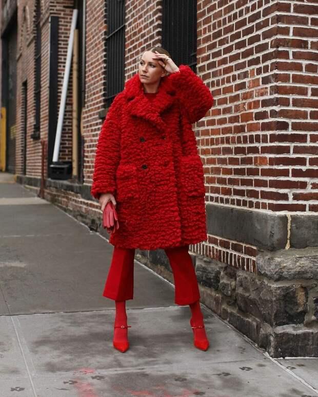 12 модных зимних образов в красном цвете