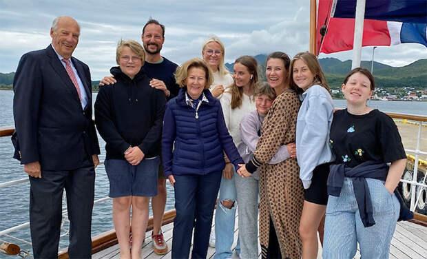 Королевская семья Норвегии поделилась серией фото со своих летних каникул