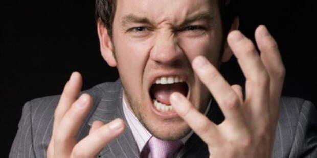 мужчина кричит и жестикулирует