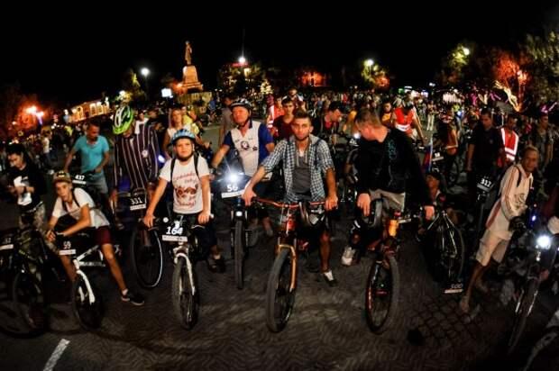 «ВелоНочь» в Севастополе: светящиеся велосипеды, карнавальные костюмы и колонки