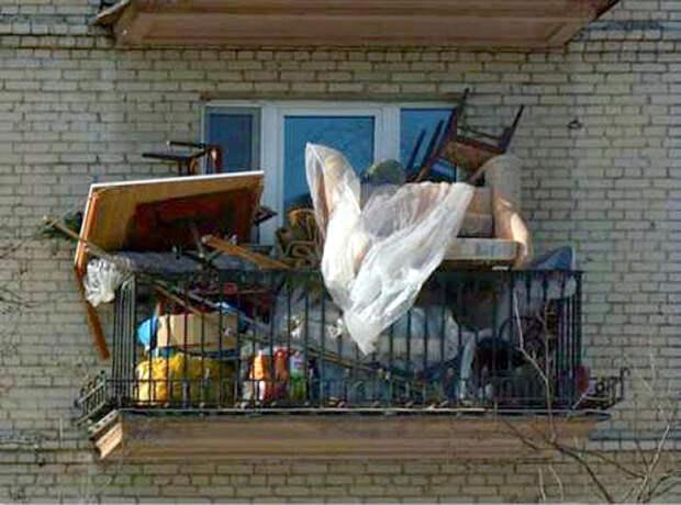 Балкон, захламленный вещами./Фото: www.novate.ru
