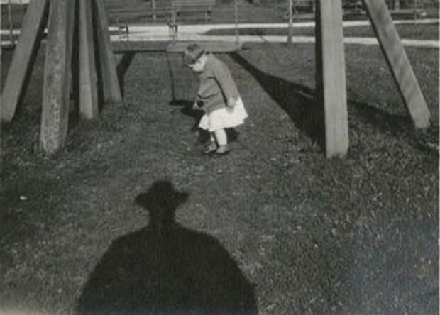 13 винтажных фотографий, на которых людей преследует тень неизвестного вшляпе