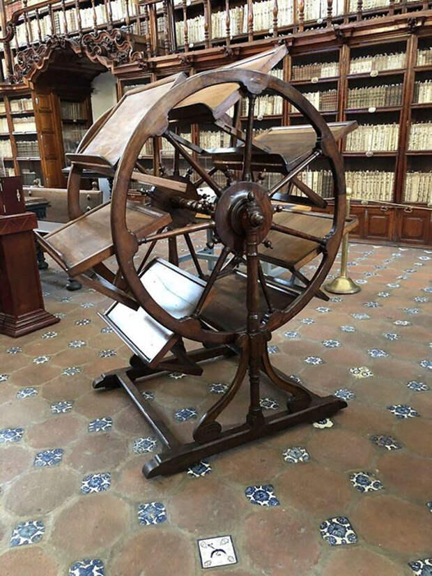 Инструмент библиотеки 300-летней давности, который позволял открыть одновременно семь книг (Библиотека Палафоксиан, Пуэбла).