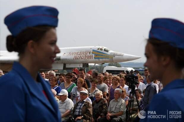 Зрители во время выкатки для наземных и летных испытаний модернизированного бомбардировщика Ту-22М3М в Казани