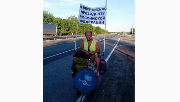 Мужчина идет пешком из Саратова с посланием к Путину