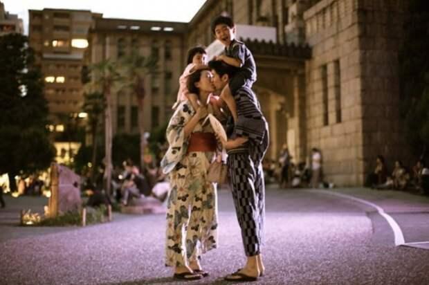Счастливая семья. Снимок из серии «Сто поцелуев». Автор фото: Игнасио Леманн (Ignacio Lehmann).