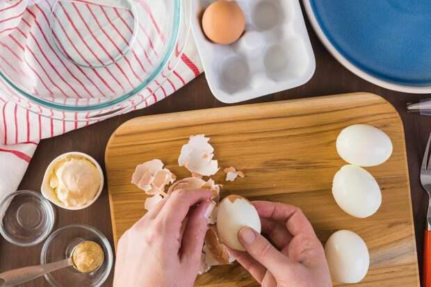 Легкий способ почистить яйцо