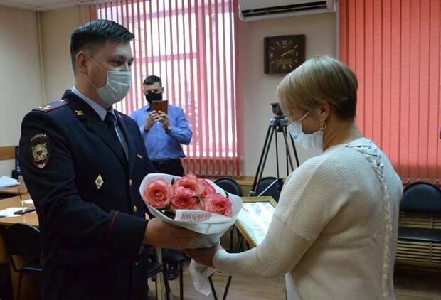 Спасшая пенсионеров от телефонных мошенников ижевчанка получила благодарность от полиции