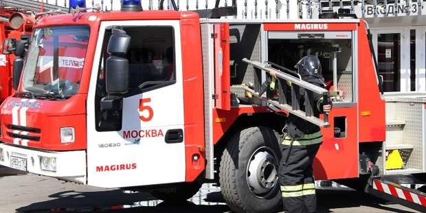 Спасатели тушат пожар на Московском нефтеперерабатывающем заводе