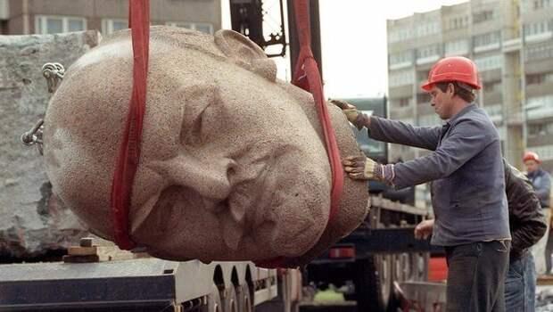 Демонтаж памятника Ленину. Берлин, 1991 год.