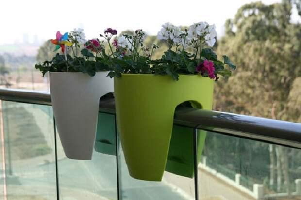 Современные цветочные горшки на балконные перила и ограждения.