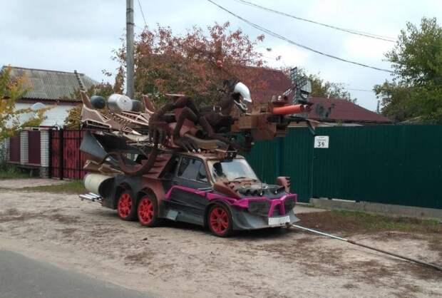 На крыше машины «сидит» монстроподобное существо с лазерной пушкой, а на передке можно увидеть розовые очки. fiat, авто, автоприкол, автотюнинг, прикол, самоделка, своими руками, тюнинг