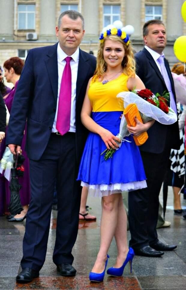 Развратно-патриотичные наряды украинских выпускниц шокировали соцсети (ФОТО)