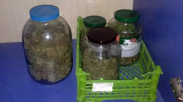 Крымчанин хранил дома банки с марихуаной