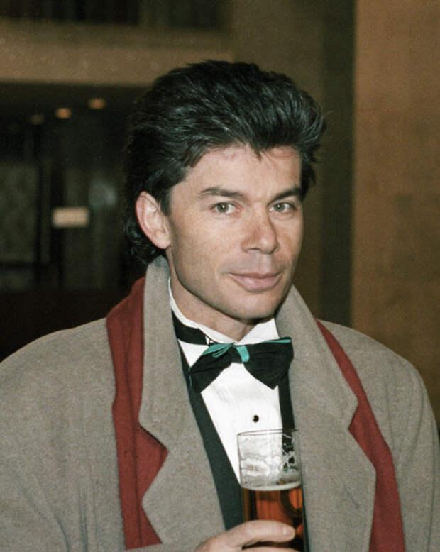 Олег Газманов торжественно держит бокал, 1994