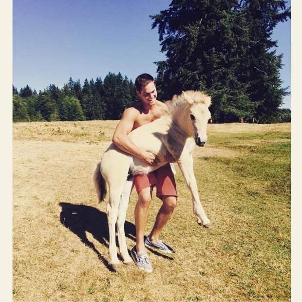 Как парни весело пародируют типичные женские фотографии в Инстаграме