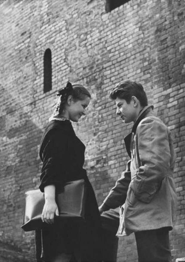 У Кремлевской стены. Нина Свиридова, Дмитрий Воздвиженский, 1960 год, г. Москва, из архива МАММ/МДФ.