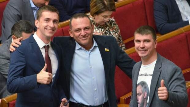 Максим Бужанский (в центре) в сессионном зале агитировал