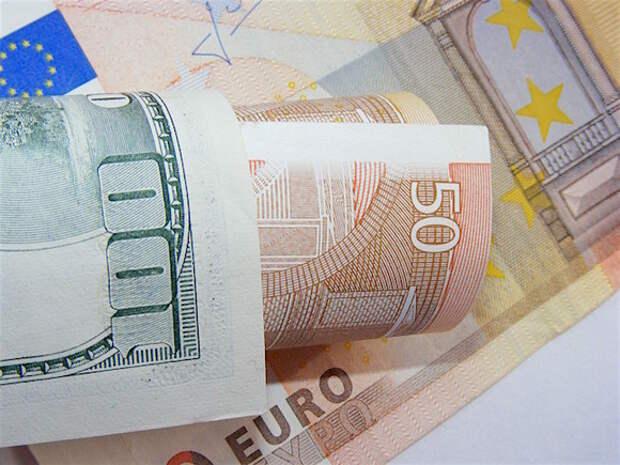 Рубль в ходе торгов уступает доллару и евро