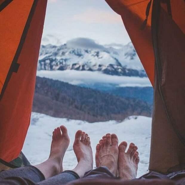 Если и компания подбирается что надо, то атмосфера путешествия улучшается на 300%. альпинизм, горы, зима, палатка, пейзаж, рассвет, снег, туризм