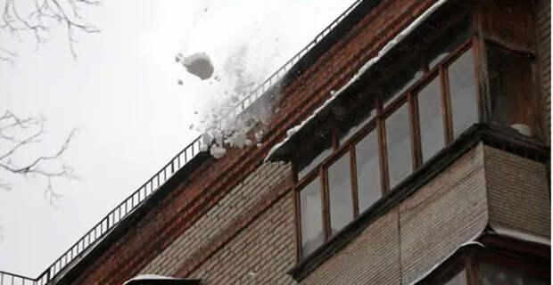 Женщина погибла после падения снега с крыши в Самаре