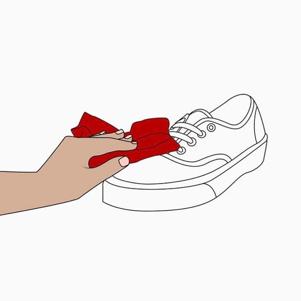 Ошибка № 2: чистить обувь водой