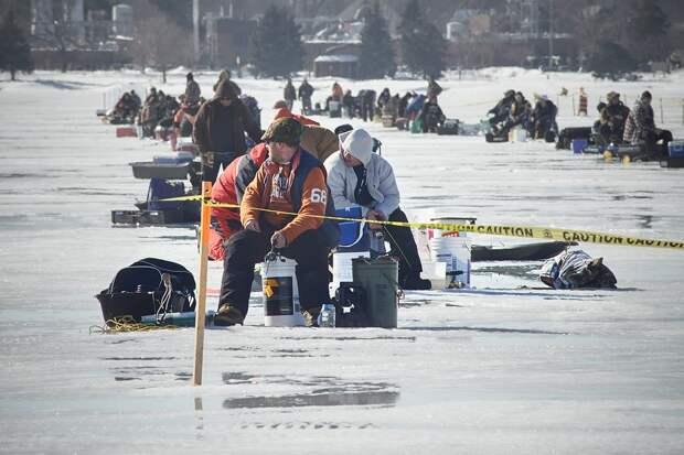 Около 300 сахалинских рыбаков отправилась в «свободное плавание» на льдине