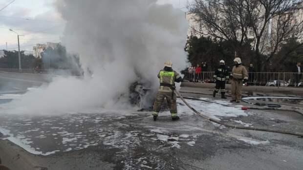 Машину охватил огонь посреди дороги в Севастополе