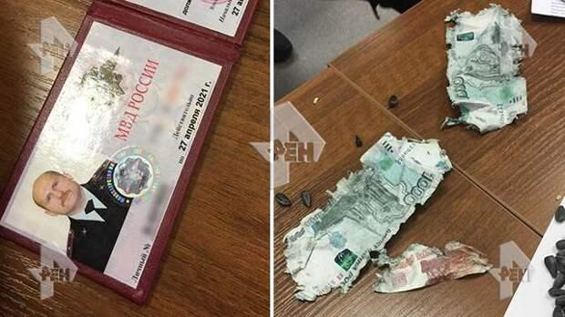 Сотрудник транспортной полиции пытался съесть взятку в Москве