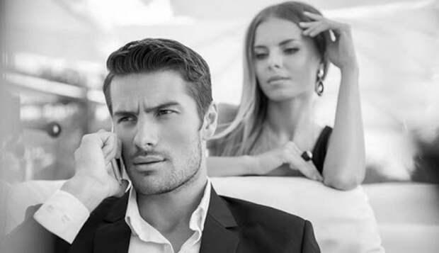 девушка смотрит на парня, говорящего по телефону