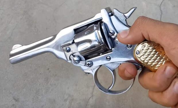 Работа оружейного мастера: ржавый револьвер из земли стал как новый в руках реставратора