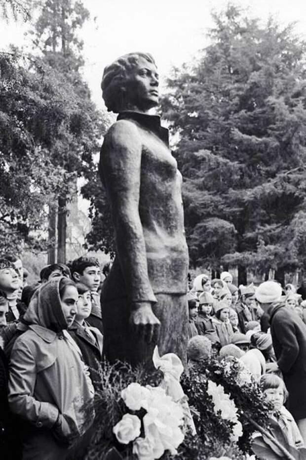 Памятник стюардессе Надежде Курченко.